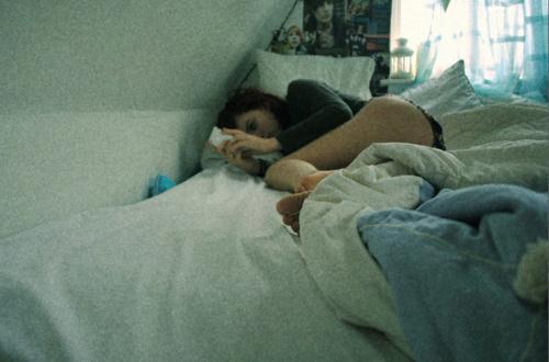 bed-cute-girl-phone-poster-Favim.com-187047